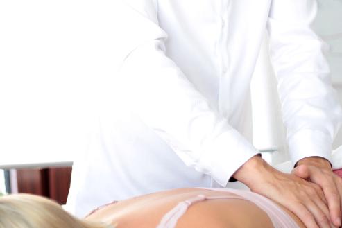 Osteopath bei der Behandlung